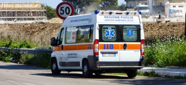 Lecce, l'ambulanza è senza tavola spinale e il ferito non può essere estratto dall'auto