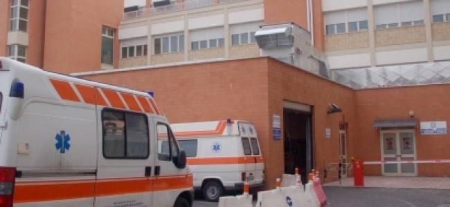 Dirotta l'ambulanza e picchia gli infermieri perché la madre ha il mal di pancia