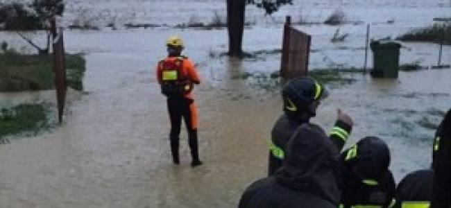 Incubo alluvione: ambulanza con ferito a bordo bloccata dall'acqua