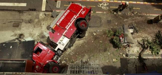 Viatura dos bombeiros tomba e fere 4 em Copacabana RJ