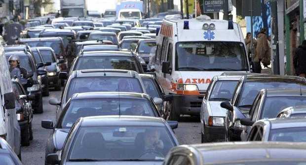 Auto in doppia fila, ambulanza bloccata a Vietri sul Mare