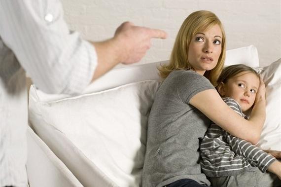 mamma-protegge-bambina