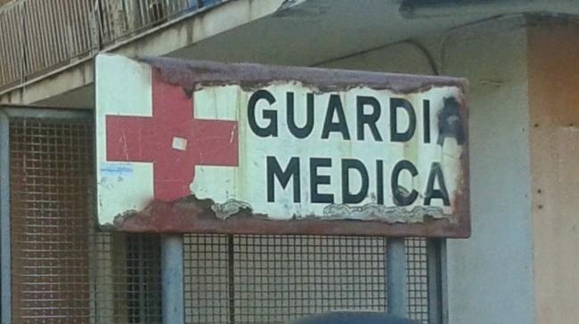 Dolore addominale, la guardia medica non è obbligata a chiamare l'ambulanza