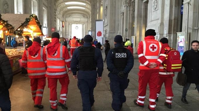 100 uomini della Croce Rossa di pattuglia al fianco della Polizia a Milano
