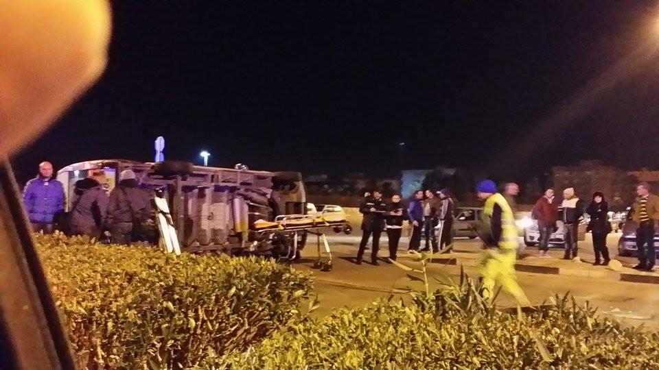 Parco Robinson: grave scontro tra auto e ambulanza, il mezzo si ribalta. Tirati fuori i feriti