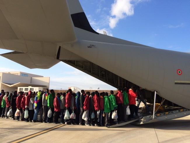 L'imbarco dei migranti sul C-130J