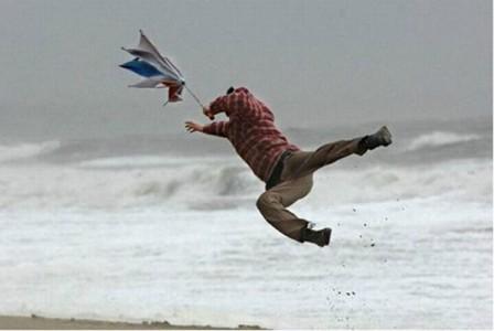 I consigli da seguire in caso di vento forte e mareggiate
