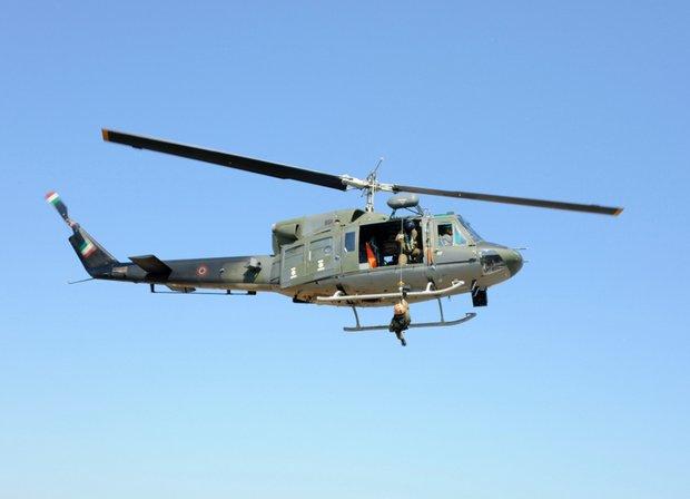 Elicottero Ab 212 : Elicottero dell aeronautica salva un uomo su nave da