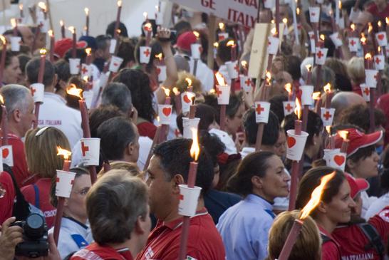 5000 persone a Solferino per la fiaccolata della Croce Rossa