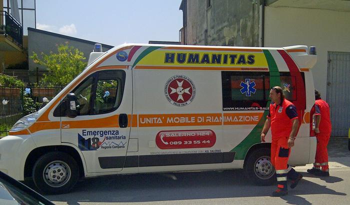 Rischia di annegare e poi di restare ferito in un incidente con l'ambulanza: soccorritori salvano anziano a Salerno