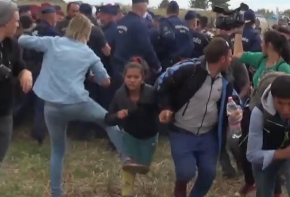 Giornalismo di parte: la reporter della tv xenofoba sgambetta i migranti in fuga