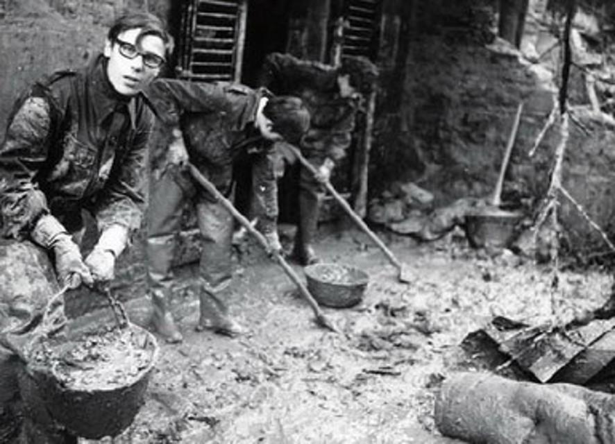 """Alluvione di Firenze, 49 anni fa la tragedia che fece nascere gli """"Angeli"""" del fango"""