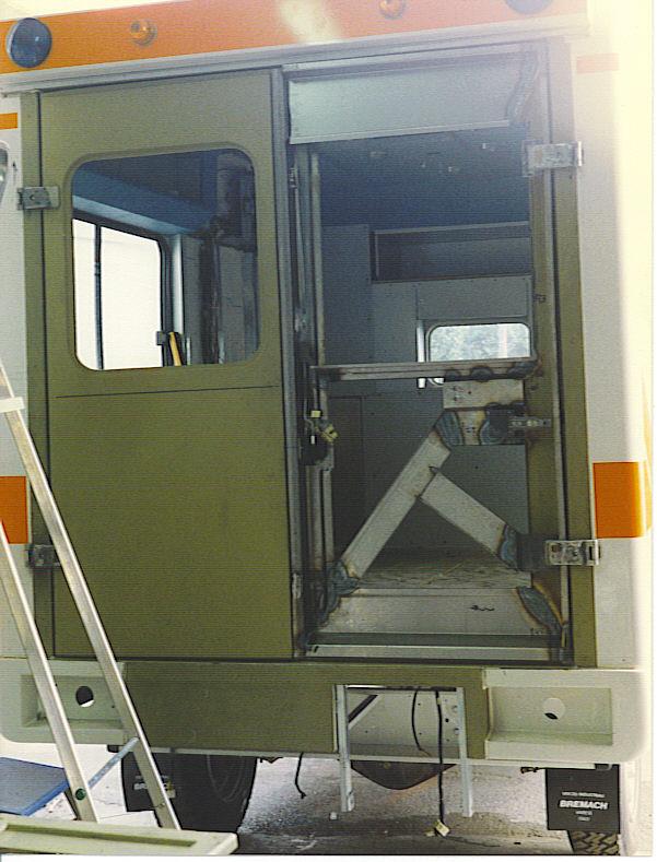 Bremach modulo, la cellula in vetroresina installata senza aperture, e la fase di creazione dei portelloni posteriori, anno 1995 - foto Alberto Di Grazia