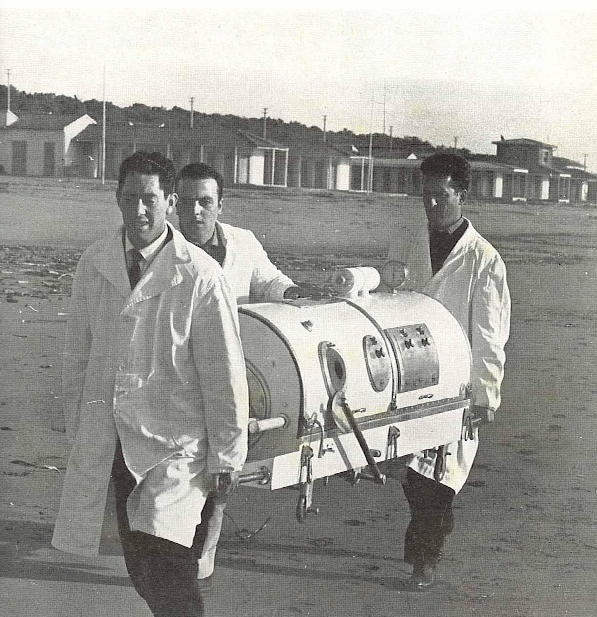"""Fig. 2) polmone d'acciaio della Misericordia di Viareggio, realizzato da Mario Petrucci, titolare della carr. Lasamea, foto tratta da """"La Misericordia di Viareggio, 140 anni di vita"""", 1966"""