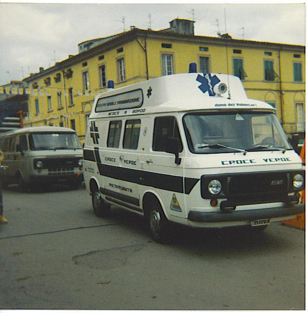 : Fiat 238 prima serie allestito da Boneschi, acquistato usato nel 1986 e modificato poi nel 1989 sia nella livrea (divenuta quella classica con bande arancio) che nel tetto che divenne quello di serie, tolto da una ambulanza della Misericordia di Viareggio nel frattempo demolita – foto Alberto Di Grazia