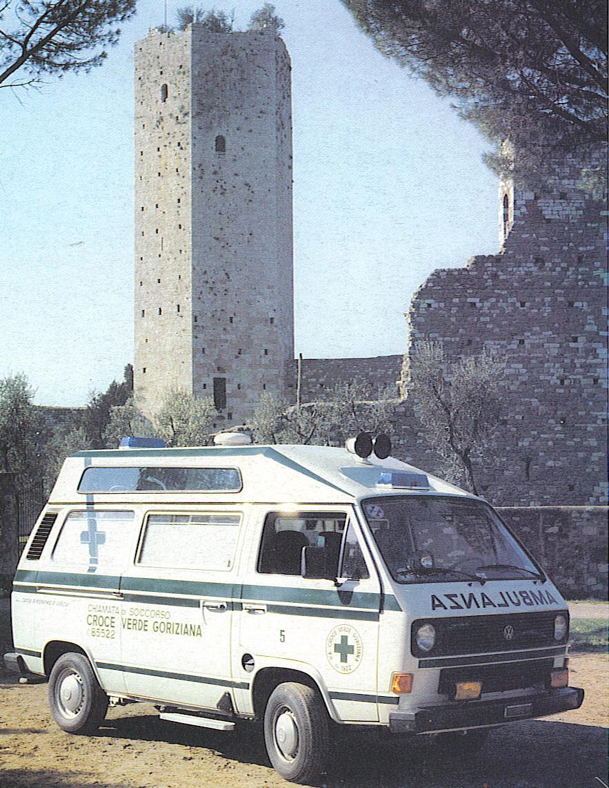 Foto 40: Volkswagen T3 alto, con tetto riportato e spoiler aereodinamico, nata come ambulanza di emergenza per la Croce Verde di Gorizia, sul finire del 1984; sembra netto il richiamo al rialzo utilizzato sul Fiat 238E fino all'anno prima – foto M.A.F.