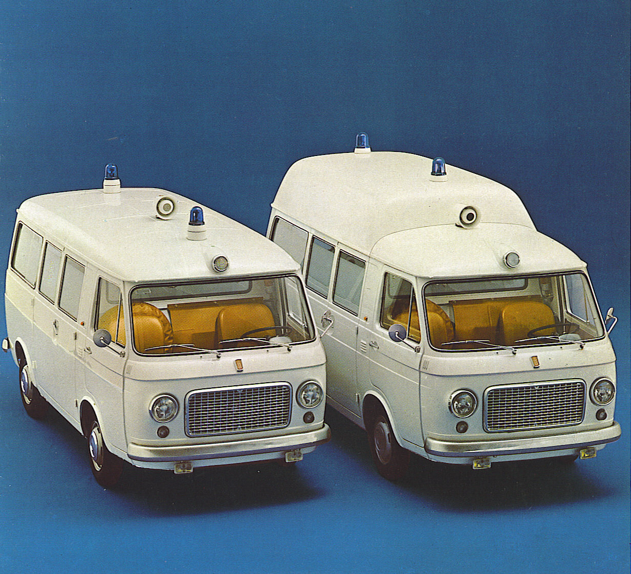Foto 01: le due versioni di serie, a tetto basso ed alto – da depliant Fiat