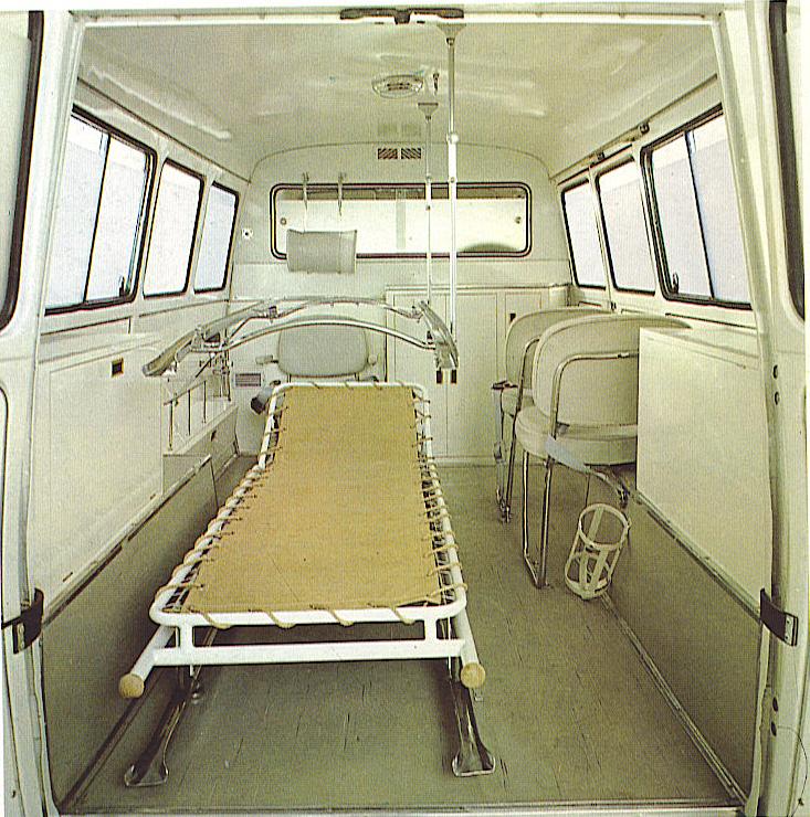 Foto 03: la foto dell'ambulanza in versione bassa; la seconda barella, in questo caso, non è montata mentre il suo supporto si trova in posizione d'uso -foto da brochure Fiat