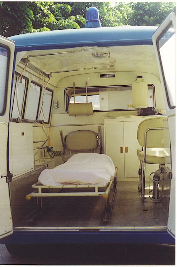 Foto 05: vista del vano barella della ambulanza storica della Croce Bianca di Milano, sezione di Paullo - foto Alberto Di Grazia