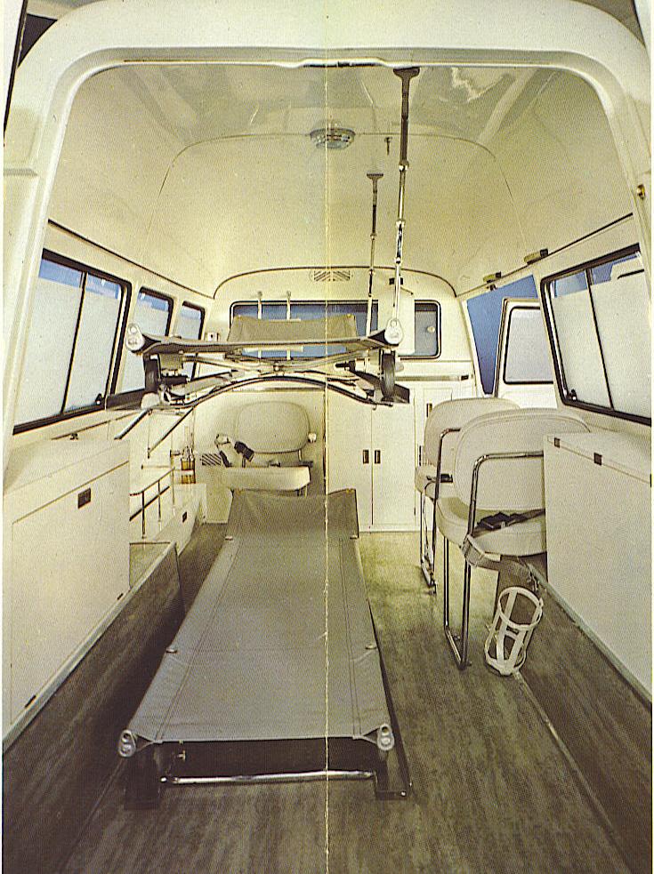 Foto 06: l'interno della versione a tetto alto, con le due barelle nella posizione di utilizzo, ed entrambe montate- foto da depliant Fiat