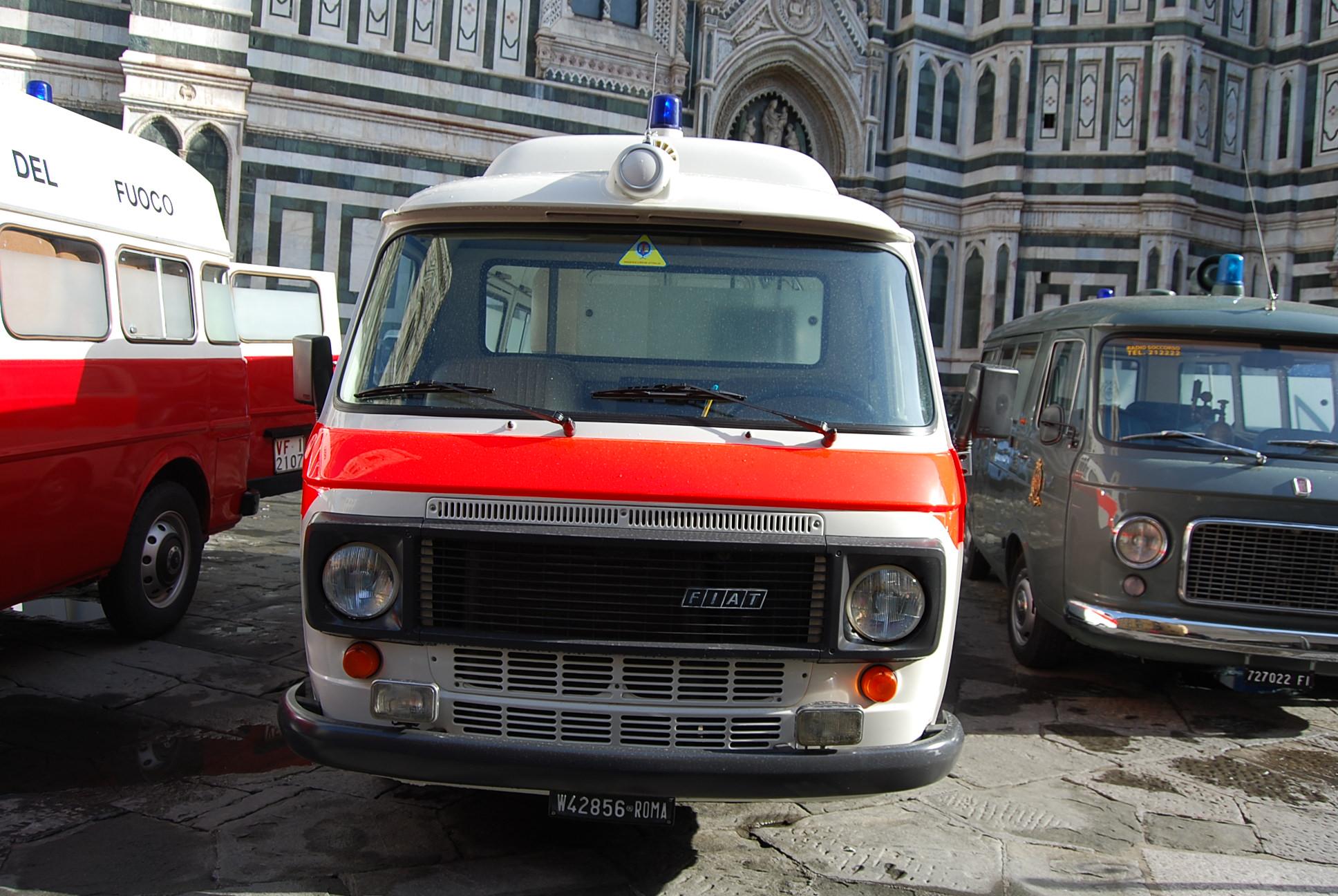 Foto 13: in mezzo ad un 238 della prima serie e di un Alfa Romeo F12 Vigili del Fuoco, il 238E ora auto storica della sezione di Ponte di Mezzo della Misericordia fiorentina – foto Alberto Di Grazia