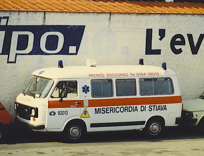 Foto 48: Misericordia di Stiava (LU); Fiat 238E, forse un F.lli Mariani modificato però da una carrozzeria locale nei lampeggianti posteriori divenuti 2, e posti ai lati esterni della parte posteriore – foto Alberto Di Grazia