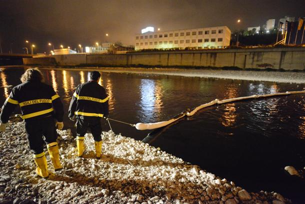 Genova, emergenza petrolio per sversamento nel Polcevera, Vigili del Fuoco in azione