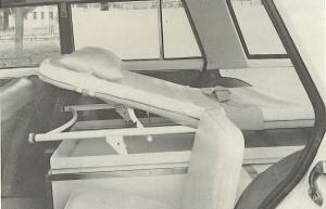 Foto 03: Si nota lo strapuntino per l'accompagnatore/inserviente, uno soltanto e posto a fianco della barella a sinistra; sul lato destro trovavano posto, se richieste , le bombole dell'impianto di ossigenoterapia; basta però confrontare questa foto con la 01 per vedere che lo schema poteva anche essere ribaltato –foto da depliant Boneschi