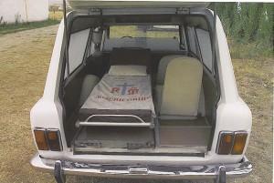 Foto 10: panoramica dell'interno della ambulanza Fissore con la barella a mano originale dell'epoca ed i due sedili per gli infermieri/accompagnatori sulla destra di questa - foto autore sconosciuto