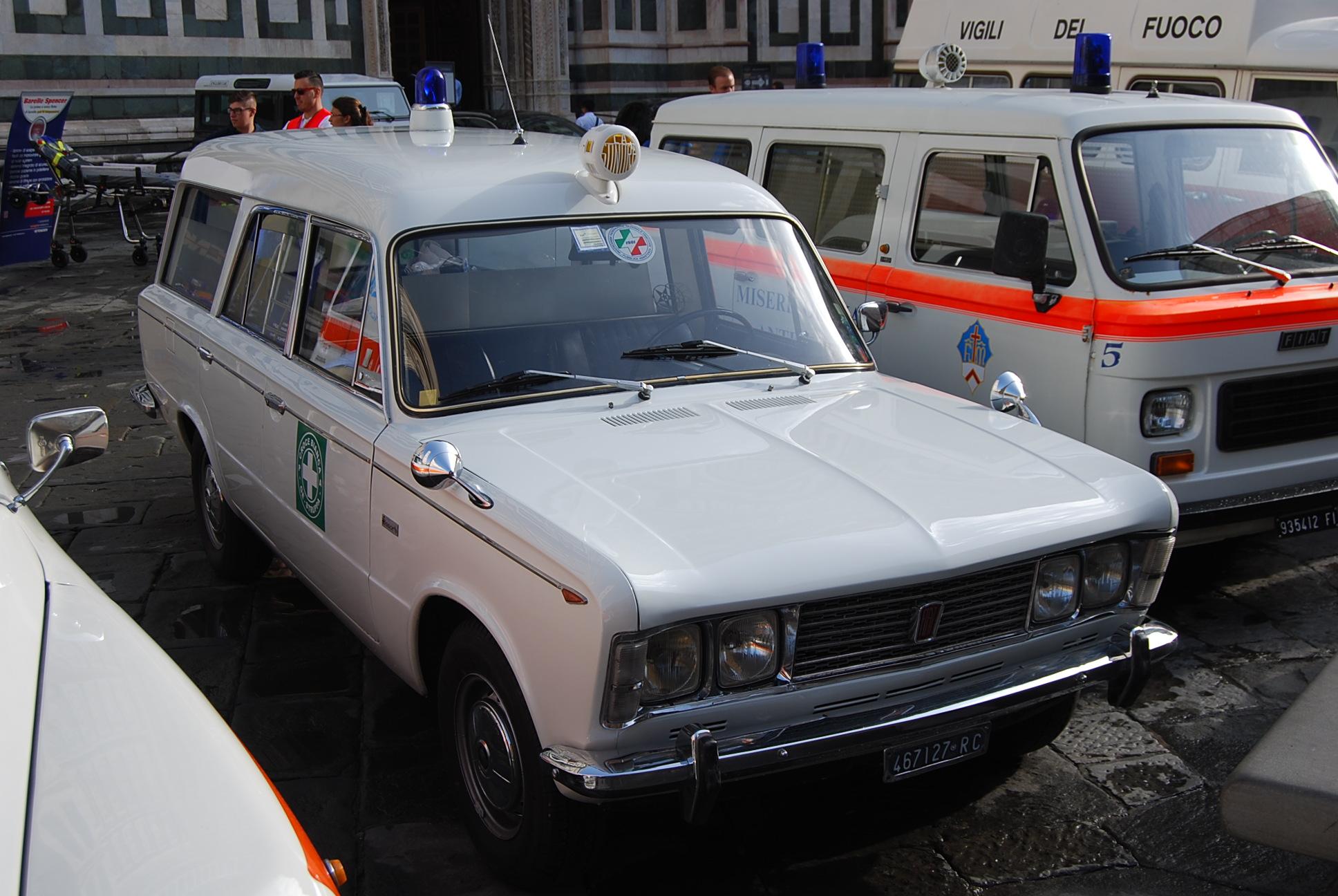"""Foto 11: Fiat 125 Fissore appartenente alla G.A.U. di Genova; la macchina ha una sirena marca """"La Sonora"""" sul tetto; elemento tipico degli anni '70 sono anche i due specchietti posti sui parafanghi: difficili da regolare, in compenso fanno tanto """"racing""""; la macchina è stata reimmatricolata il 23 Ottobre 1991 – foto Alberto Di Grazia"""