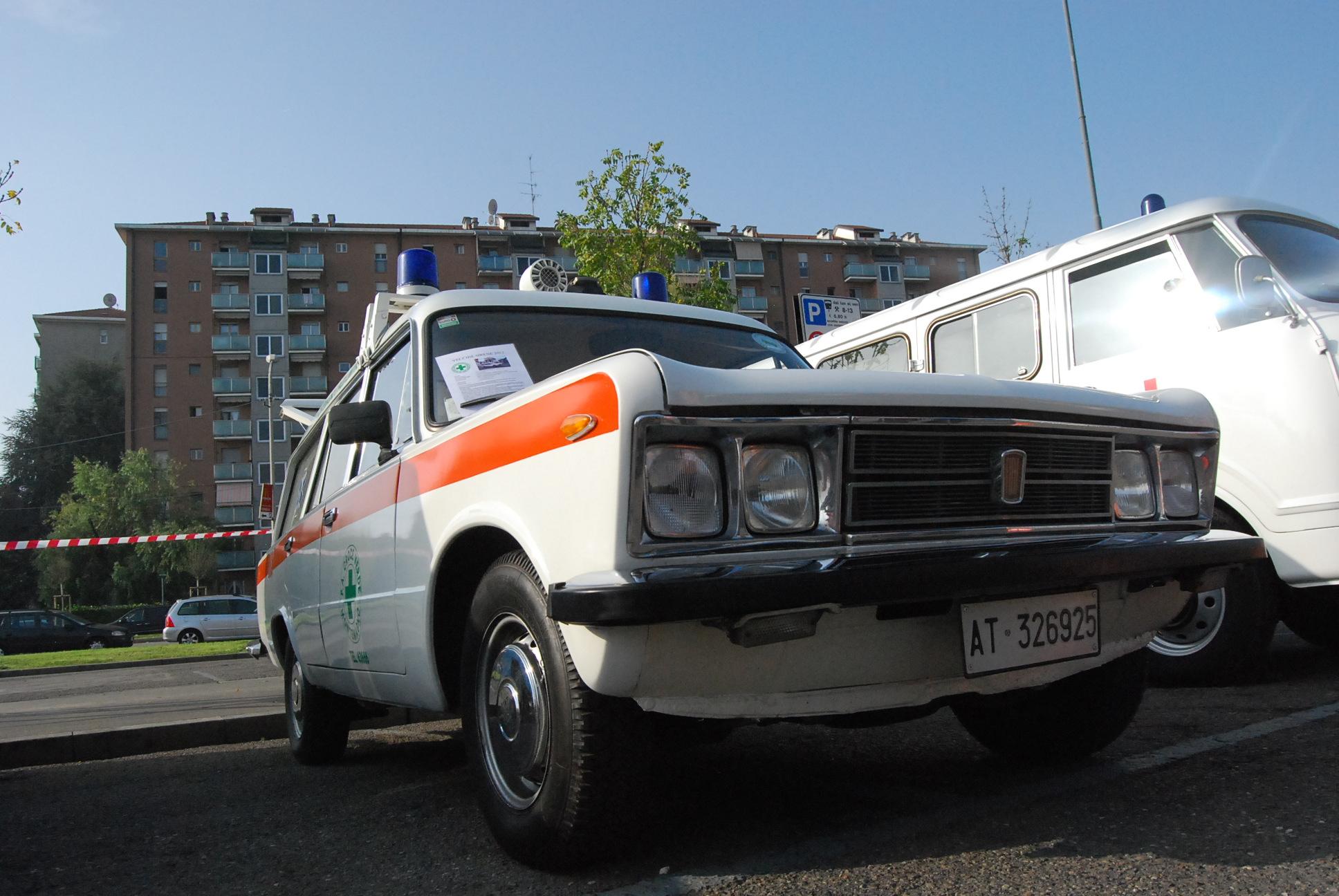 Foto 14: Fiat 125 Special, prodotta a partire dal 1970: le luci di posizione e le frecce sono ora sotto il paraurti anteriore; questo esemplare appartiene alla Croce Verde di Montemagno (AT) ed è stato reimmatricolato nel Novembre del 1991