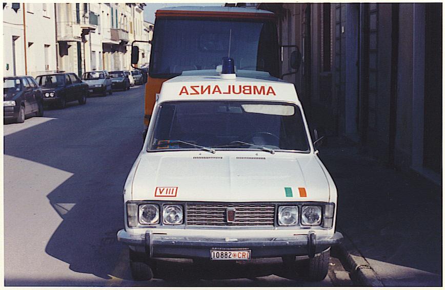 Foto 24: Fiat 125 F.lli Mariani, Croce Rossa di Viareggio, inizialmente destinata al suo sottocomitato di Ripa e passata poi, sul finire della carriera, direttamente in sede; la foto mostra come qui sia stato mantenuto il parabrezza originale della berlina e rialzato il tetto con un riporto in lamiera dalla linea abbastanza squadrata, come del resto la macchina di derivazione- foto Alberto Di Grazia