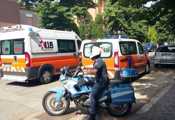Modena – L'autista si sente male e un poliziotto guida l'ambulanza