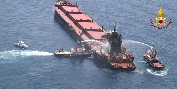 Spegnimento incendi in mare, azione dei Vigili del Fuoco e della Guardia Costiera a Vibo Valentia