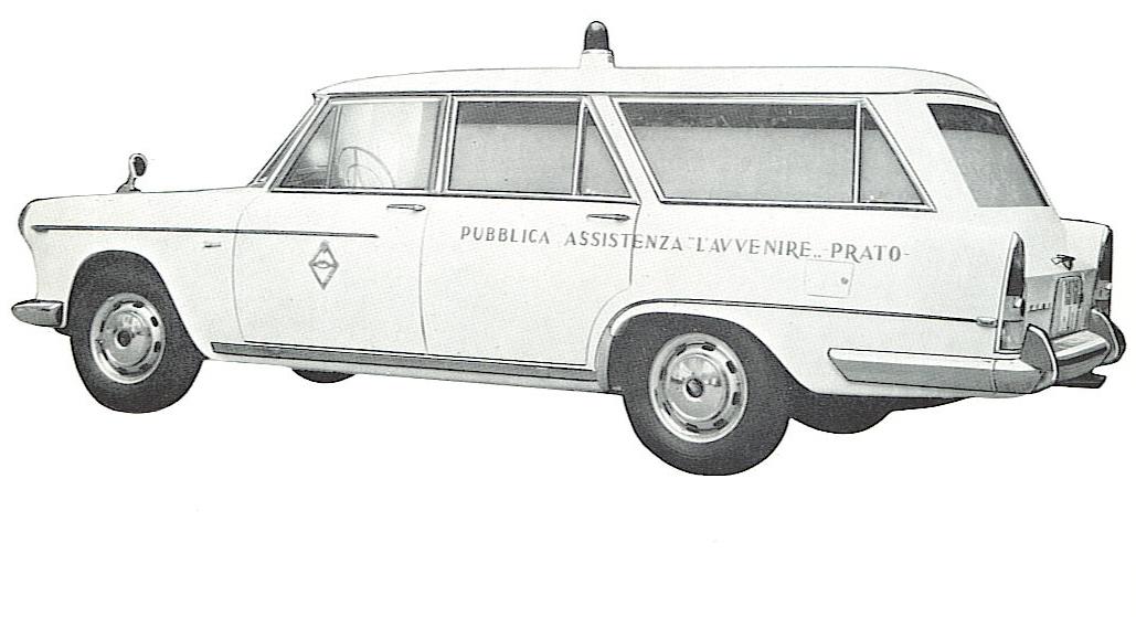 """Foto 08: """"rilevata da Fiat 2300 TIPO MINISTERIALE"""" ( come recita il depliant da cui la foto è tratta) questa ambulanza ordinata dalla P.A. L'Avvenire di Prato si distingue per l'allungamento dello sbalzo posteriore, con la terza luce che presenta un insolito finto deflettore che richiama quello della portiera. La modanatura cromata dà slancio a questo prolungamento che ben si amalgama,infine, con le pinne in cui sono alloggiati i fari posteriori"""