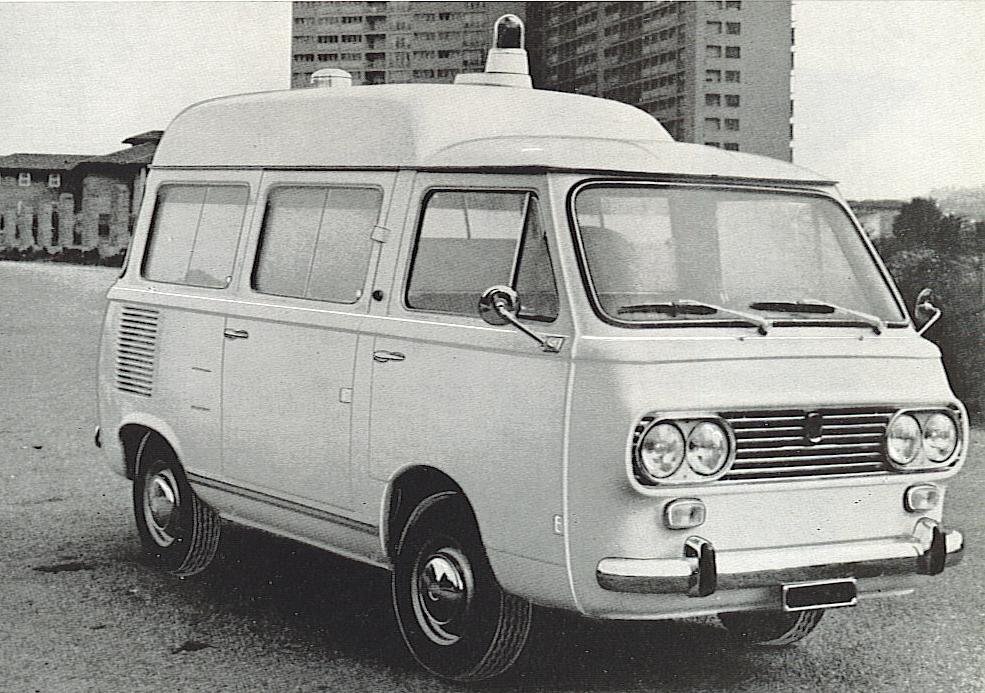 Foto 15: Fiat 850 familiare con tetto rialzato: il motore posteriore non facilitava l'accesso barella, ma la slitta sulla quale questa scorreva in qualche modo semplificava l'operazione – foto da depliant Grazia