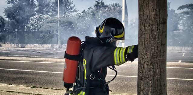 Com'è il volto di un Vigile del Fuoco mentre cerca di sconfiggere un incendio?