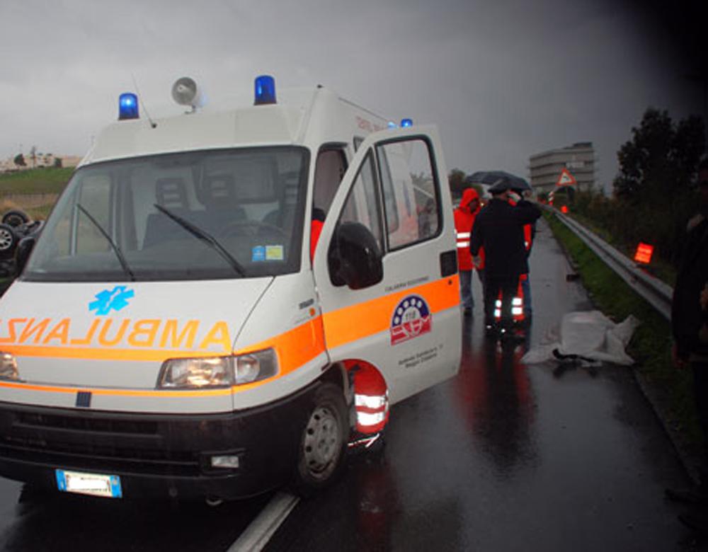Ambulanza a sirene spiegate travolge 13enne: morta dopo ore di agonia