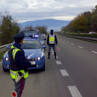 polizia-stradale-gestione-traffico-in-autostrada-per-incidente