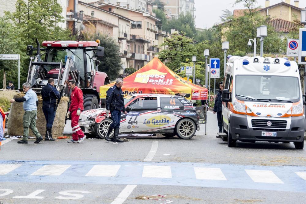 Tragedia al Rally San Marino, auto sulla folla, un morto