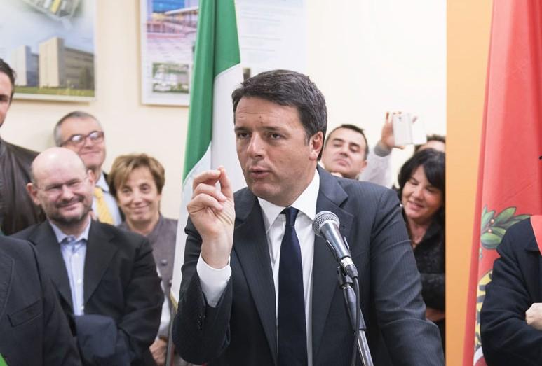 """Renzi: """"Volete dare i soldi ai politici o agli infermieri?"""" sul referendum costituzionale iniziano le dichiarazioni forti"""