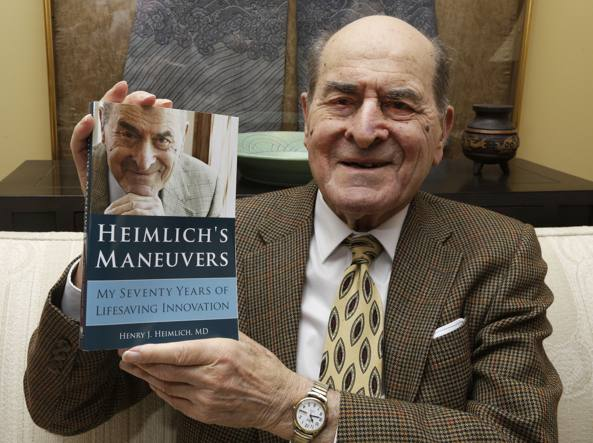 Henry Heimlich: l'inventore della manovra anti-soffocamento muore all'età di 96 – Rivediamo insieme la manovra salvavita