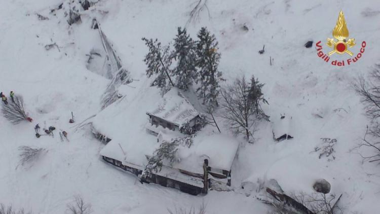 Emergenza Neve e Terremoto: 2 sopravvissuti, estratto il primo corpo | Emergency Live 5