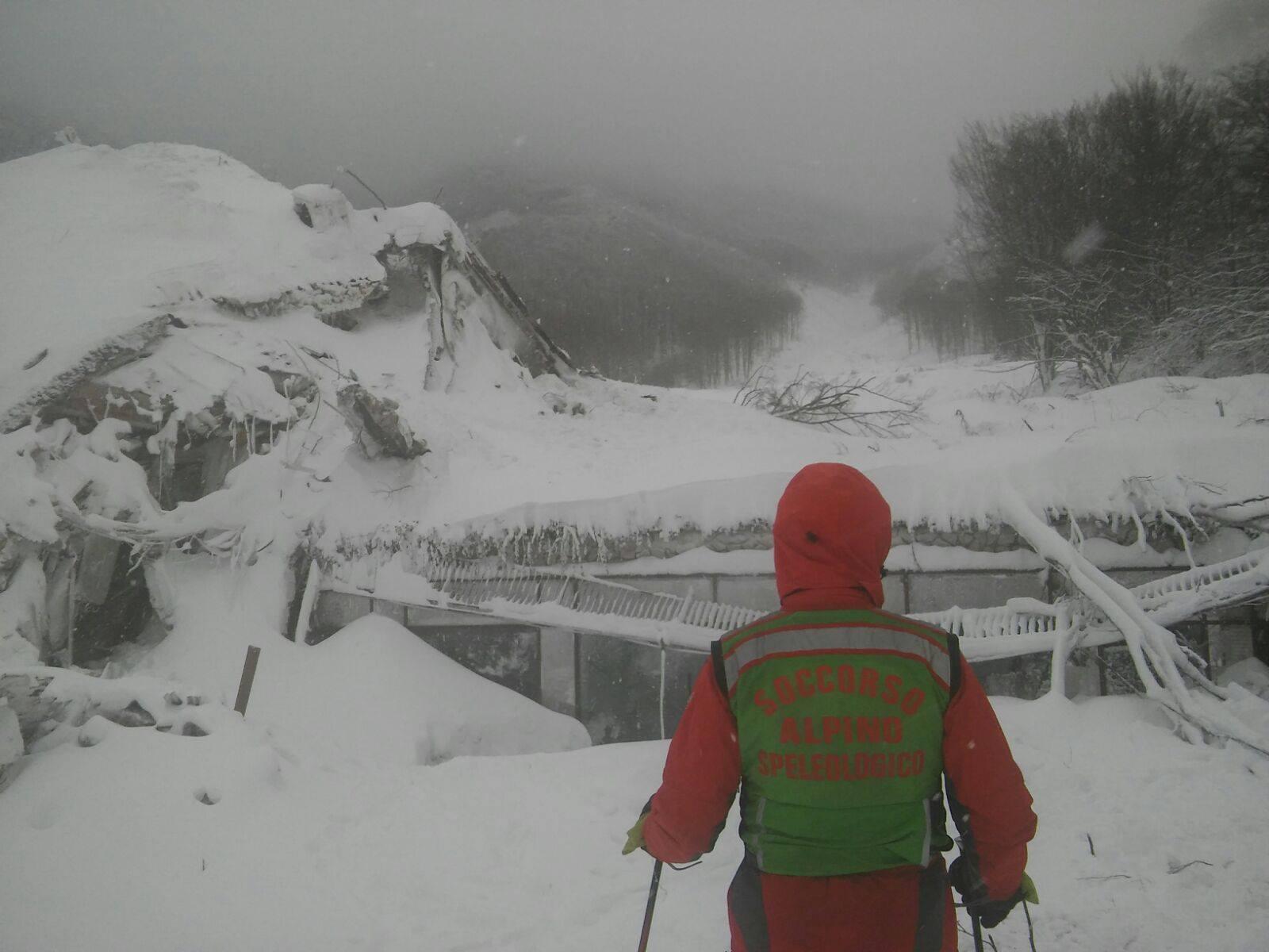Emergenza Neve e Terremoto: 2 sopravvissuti, estratto il primo corpo | Emergency Live 11