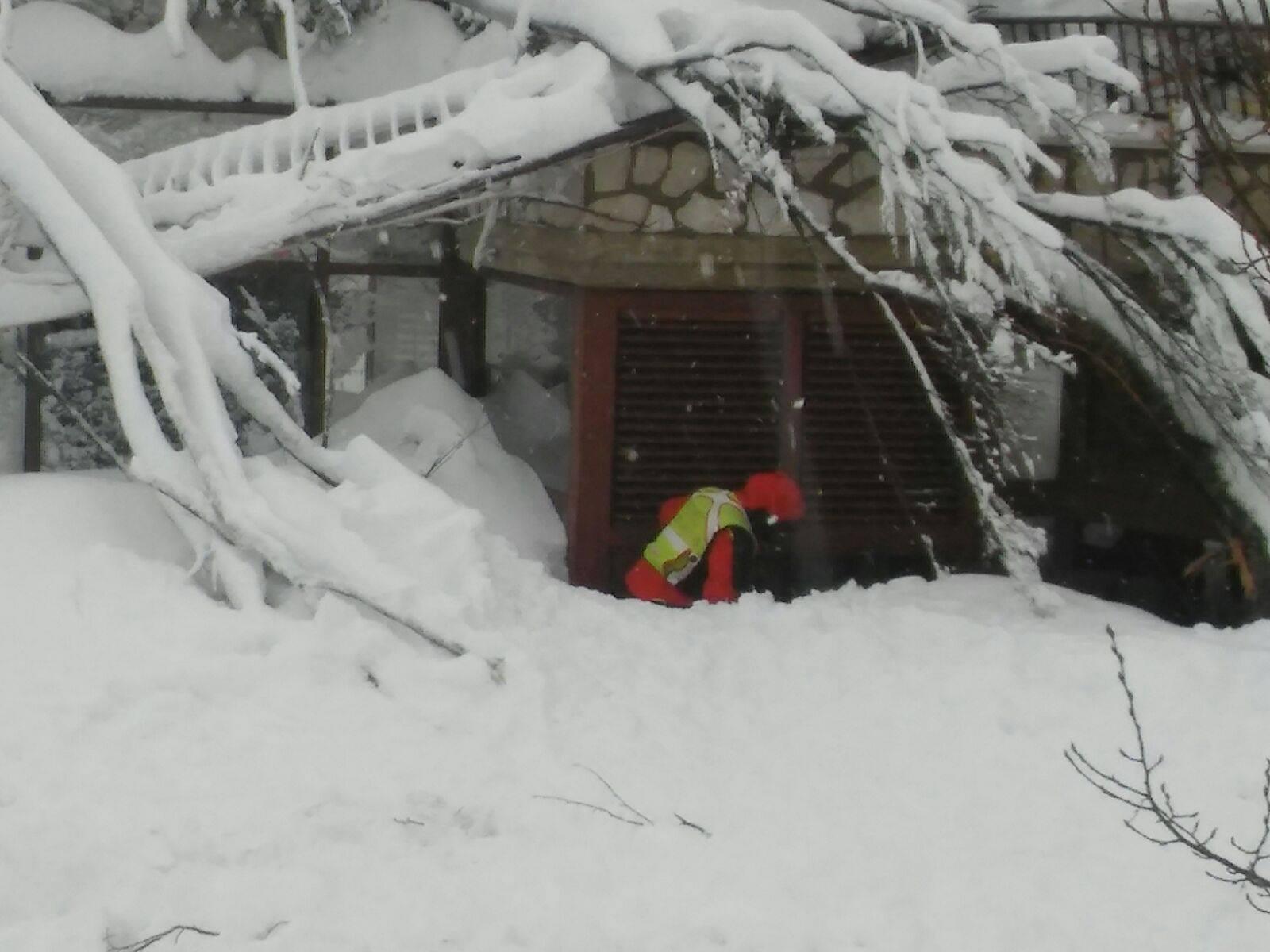 Emergenza Neve e Terremoto: 2 sopravvissuti, estratto il primo corpo | Emergency Live 8