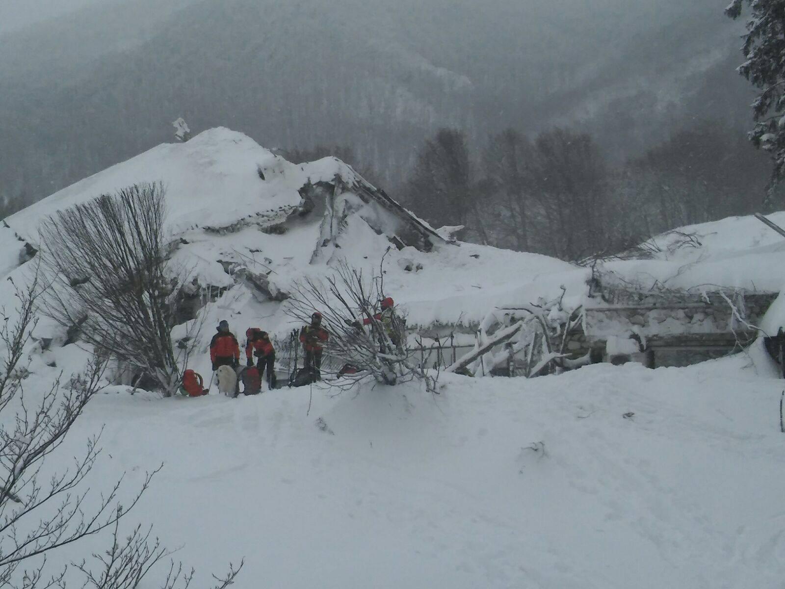 Emergenza Neve e Terremoto: 2 sopravvissuti, estratto il primo corpo | Emergency Live 7