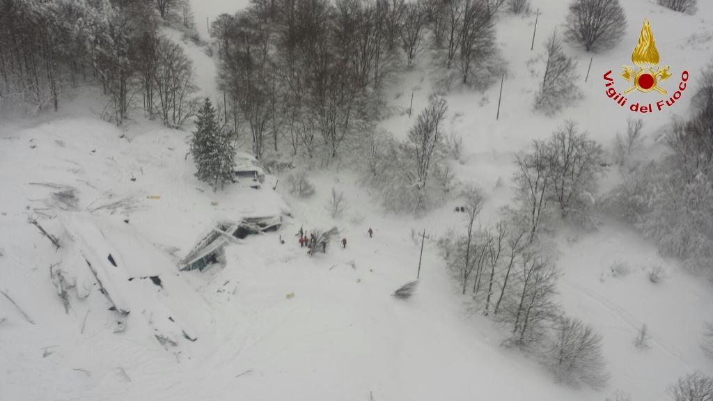 Emergenza Neve e Terremoto: 2 sopravvissuti, estratto il primo corpo | Emergency Live 12