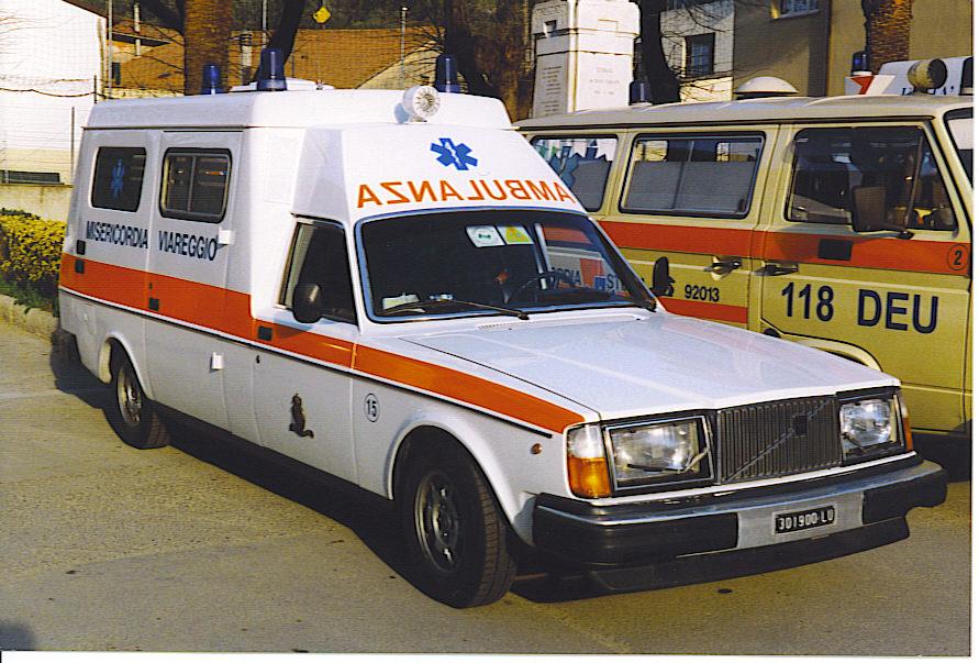 Foto 22: la imponente Volvo 245 ambulanza: questa, in particolare, fu comprata nel 1980 dalla Misericordia di Viareggio ed è ancora esistente, a testimonianza della qualità della base e dell'allestimento interno: si noti anche come, a fianco del Vw T3, risulti oltre che più lunga anche più alta! -foto ADG