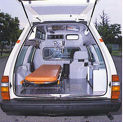 Foto 28: la Volvo 940 e i suoi piacevoli ed ariosi interni che garantiscono viaggi confortevoli sia al paziente che agli operatori; stranamente monta una normale barella italiana e non l'autocaricante già quasi di dotazione universale- foto da depliant MAF