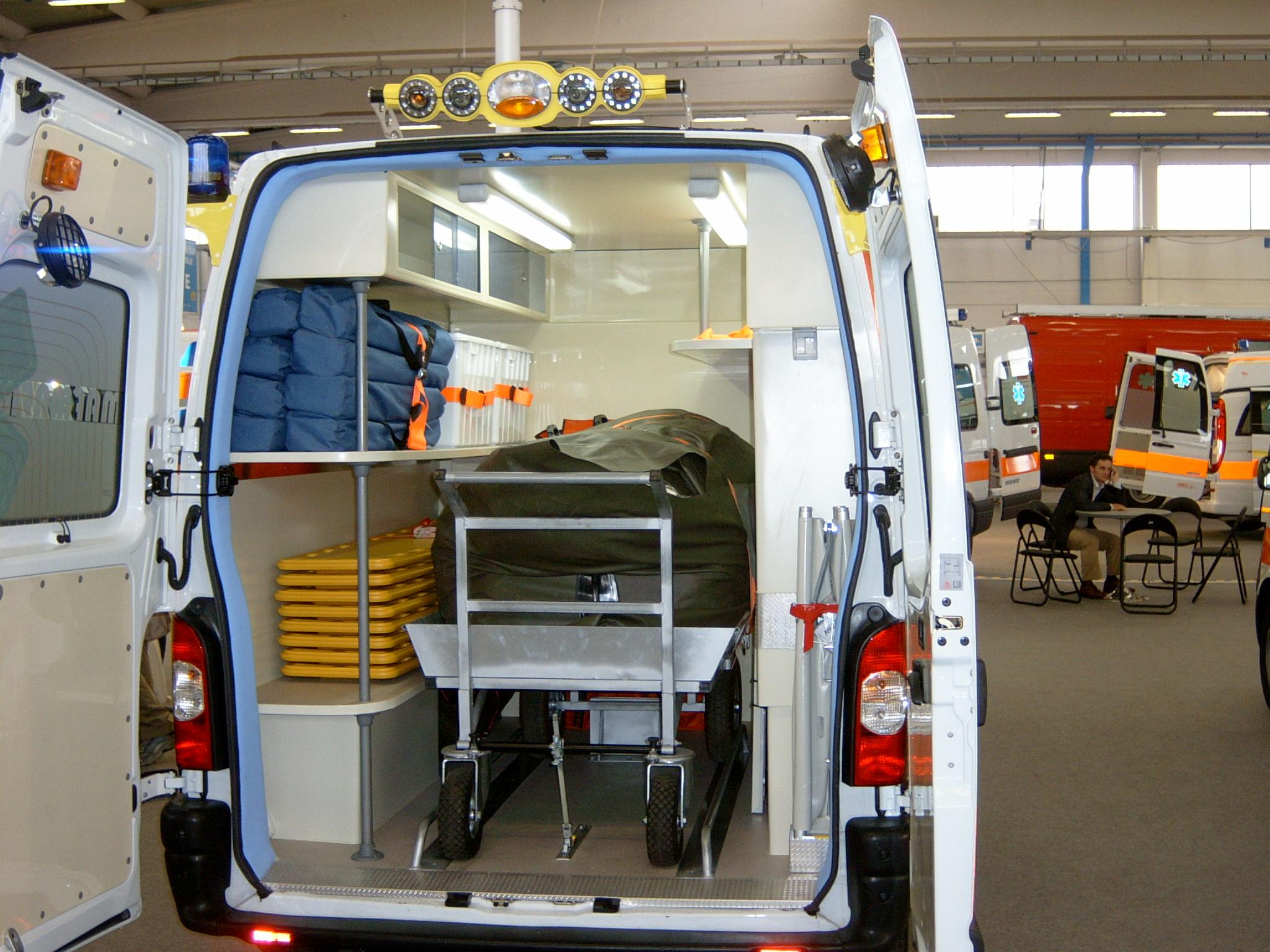 Foto 114: Renault Master con allestimento maxiemergenze ed alloggiamento per una eventuale barella per poter utilizzare la macchina come ambulanza una volta tolta l'attrezzatura di cui è dotato – foto ADg